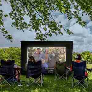 Watching a movie outdoors with the Holiday Styling movie screen